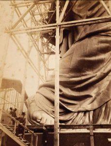 Bartholdi, a los pies de la Estatua de la Libertad, tras montarse por primera vez.