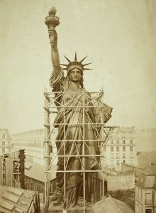 Estatua de la Libertad completa en París