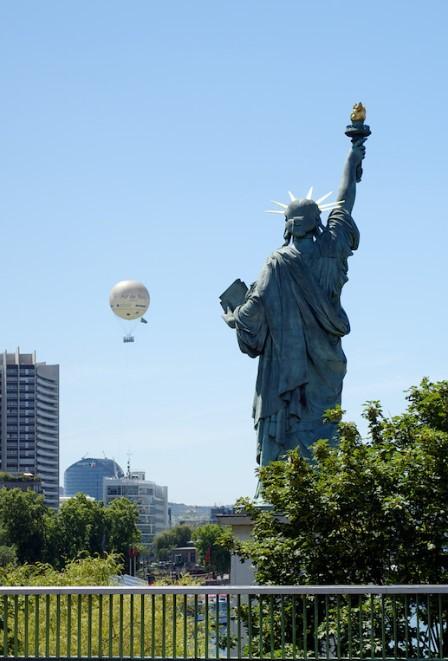 espalda estatua de la libertad de paris