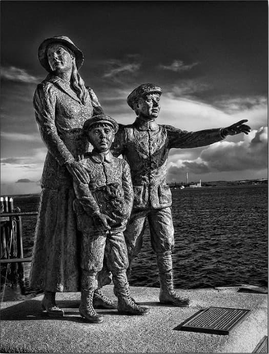 Estatua de Annie Moore y sus hermanos en Cobh Co. Corcho. Annie Moore se convirtió en la primera emigrante en ser procesada en Ellis Island cuando se inauguró oficialmente el 1 de enero de 1892.