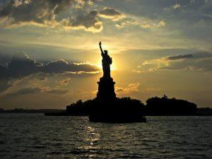 atardecer estatua de la libertad-min