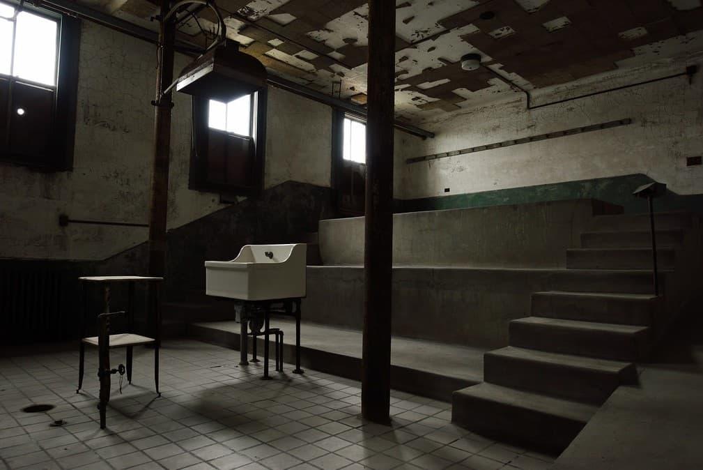 Sala de autopsia con gradas fijas que ocupaban futuros especialistas médicos.