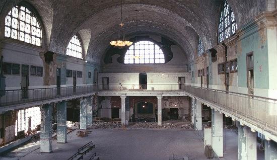 Imagen del Registro de Ellis Island antes de su restauración.