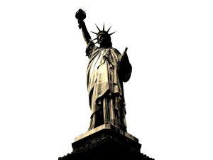 estatua de la libertad en blanco y negro-min