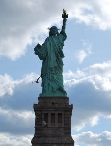 estatua de la libertad por detras-min