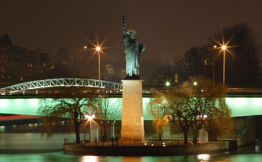 estatua de la libertad río sena