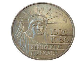 Moneda de la República francesa, con la diosa Libertas, pero ya con corona.