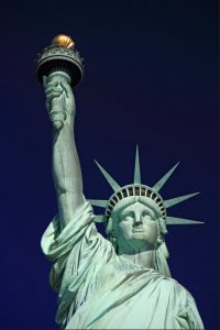 primer plano estatua de la libertad-min